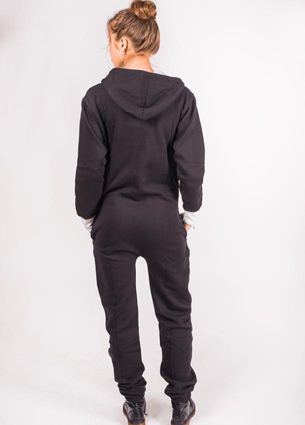 Juodos spalvos kombinezonas su baltais kišenių elementais ir užtauktuku